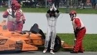 Fernando Alonso aplaude os torcedores após abandonar nas 500 Milhas de Indianápolis