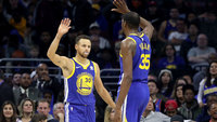 Stephen Curry e Kevin Durant na vitória dos Warriors sobre os 76ers na NBA