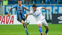 Luan e Léo disputam bola durante a primeira semifinal da Copa do Brasil entre Grêmio e Cruzeiro
