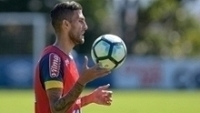 Rafael Marques segura a bola no treino do Cruzeiro