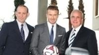 Comissário Don Garber (esq.), David Beckham e prefeito Carlos Gimenez (dir.)