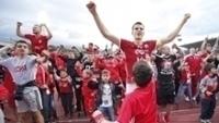 Jogadores e torcedores do CSKA Sofia comemoram vitória sobre o Levski