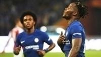 Batshuayi comemora após marcar golaço para o Chelsea sobre o Arsenal