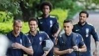 Marquinhos ao lado de seus companheiros de seleção Miranda, Neymar, Daniel Alves e William