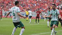 Bruno Henrique (à dir.) brilhou na Arena Pernambuco neste domingo