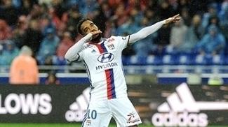 Com dois a mais, Lacazette marca e Lyon vence o Bastia em casa