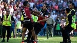 Torcedor do Atlas discute com Luis Venegas durante derrota para o Chivas