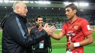 Luiz Felipe Scolari cumprimenta Paulinho, em jogo do Guangzhou Evergrande