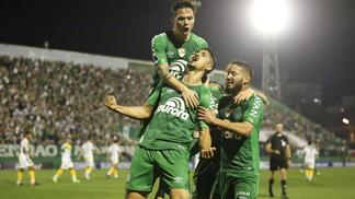 Chapecoense comemora gol nesta terça, na Arena Condá