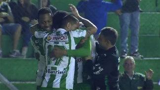 Jogadores do Juventude comemoram gol contra o Vila Nova