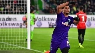Serge Gnabry marcou duas vezes contra o Wolfsburg nesta sexta-feira