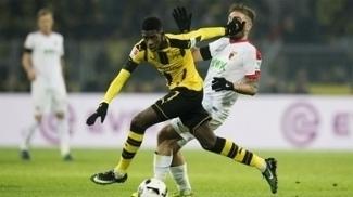 Dembele, do Dortmund, em disputa contra Stafilylidis, do Augsburg