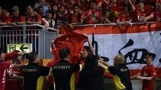 Torcedor do Evergrande protesta contra Hong Kong com bandeira da China