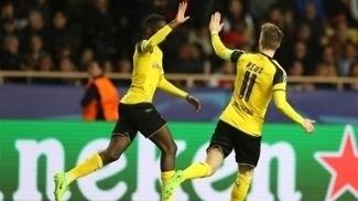 Reus cumprimenta Dembélé após marcar