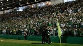 Jogadores da Chapecoense comemoram gol de vitória sobre o Atlético Nacional na Arena Condá