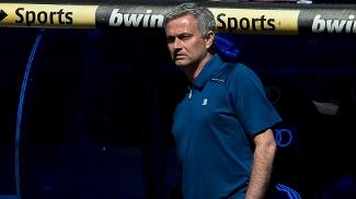 Mourinho observa jogo em sua despedida do Real Madrid