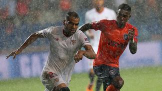 Jogadores de Sevilla e Istanbul disputam a bola durante a partida desta quarta-feira