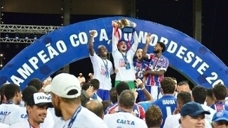 Jogadores do Bahia com a taça da Copa do Nordeste