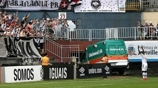 Riascos foi celebrar seu gol com a torcida do Vasco
