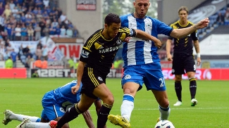Hazard sofre pênalti de Ramis, do Wigan; belga teve ótima estreia pelo Chelsea