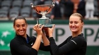 Caroline Garcia e Kristina Mladenovic com o troféu de Roland Garros