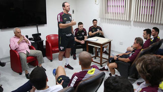 Rogério Ceni em conversa com os jogadores do São Paulo no começo de 2017