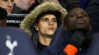 Erik Lamela no banco de reservas do Tottenham em jogo do Inglês em dezembro