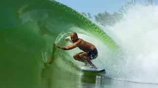 Kelly Slater sediará torneio de surfe em sua piscina de ondas artificiais