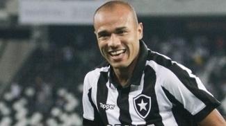 Roger marcou duas vezes e comandou a vitória do Botafogo no clássico