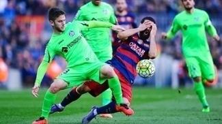 Turan, do Barcelona, é atingido em lance com Medran, do Getafe