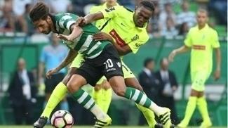 O brasileiro Jean Cléber marca Bryan Ruiz, do Sporting