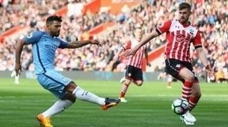 Aguero tenta finalizar a gol contra o Southampton