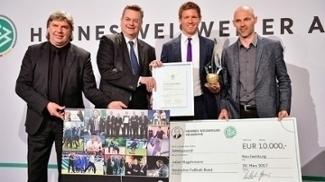 Nagelsmann recebe o prêmio de melhor técnico do ano de 2016 na Alemanha