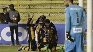 Chumacero celebra o gol que abriu o placar para o The Strongest
