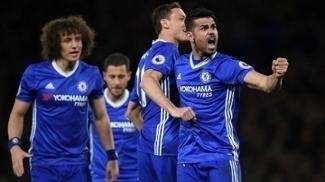 Diego Costa comemora gol do Chelsea contra o Southampton com companheiros