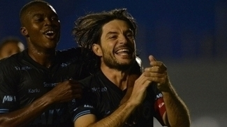Germano comemora o segundo gol do Londrina diante do Paraná