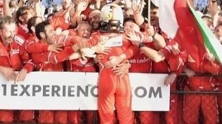Sebastian Vettel abraça os mecânicos da Ferrari após sua vitória em Melbourne