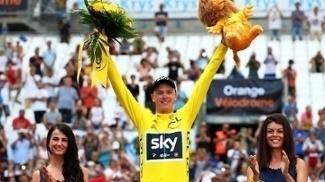 Chris Froome comemora no pódio do Tour de France