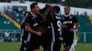 Jogadores do Figueirense comemoram gol na vitória sobre o Almirante Barroso