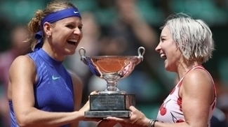 Mattek-Sands e Safarova voltaram a erguer o troféu de Roland Garros