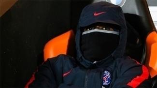 Serge Aurier, lateral do PSG, no banco de reserva no jogo contra o Lorient