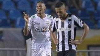 Marcão fez, de letra, o gol da vitória do Figueirense, que eliminou o Botafogo nos acréscimos