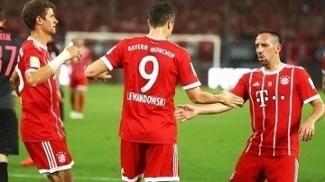 Lewandowski comemora após marcar o gol da vitória do Bayern sobre o Arsenal