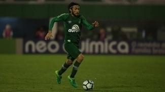 Apodi avança com a bola em jogo da Chapecoense contra o Palmeiras