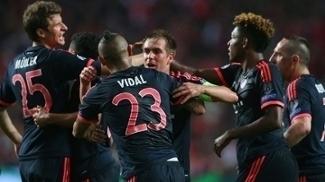 Vidal comemora com companheiros após empatar a partida