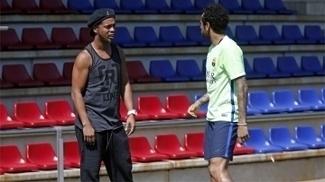 Ronaldinho Gaúcho conversa com Neymar em visita ao treino do Barcelona