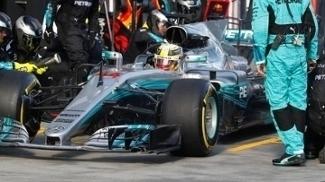 Lewis Hamilton durante pit stop da Mercedes no GP da Austrália de F-1