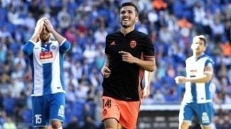 Jose Gaya comemora seu gol, o da vitória do Valencia sobre o Espanyol