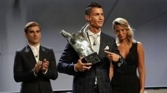 Cristiano Ronaldo Prêmio Melhor Jogador Griezmann Aplaude Futebol Getty c65fab754d397