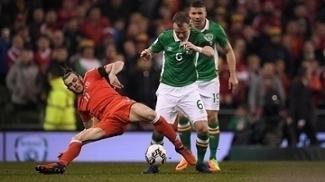 Bale disputa bola contra os irlandeses nas Eliminatórias